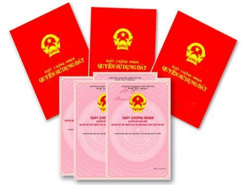 Ảnh: Cầm giấy tờ sổ hồng, sổ đỏ